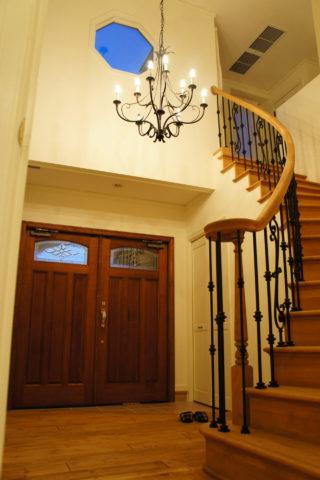 螺旋階段のある玄関ホール