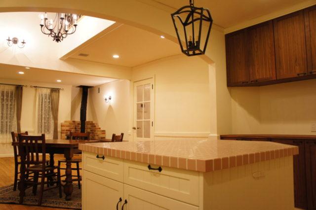 キッチン アイアン照明のあるアイランド