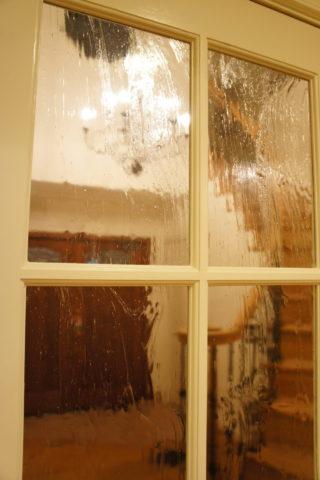 リビングからガラス越しに玄関を見る