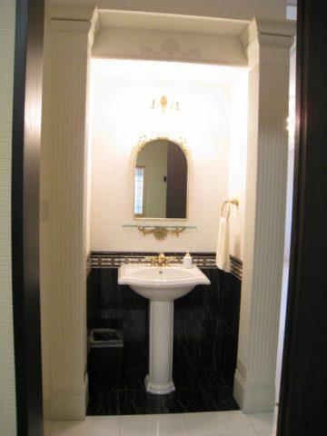 白い洋館の手洗い