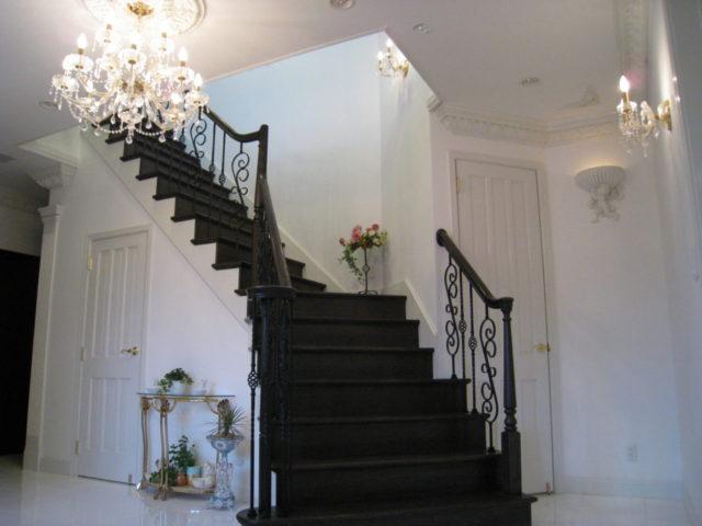 白い洋館の玄関ホールの階段