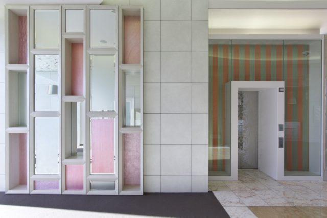 エレベーターホールの飾り棚